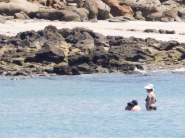 Dilma toma banho de mar em praia de Salvador