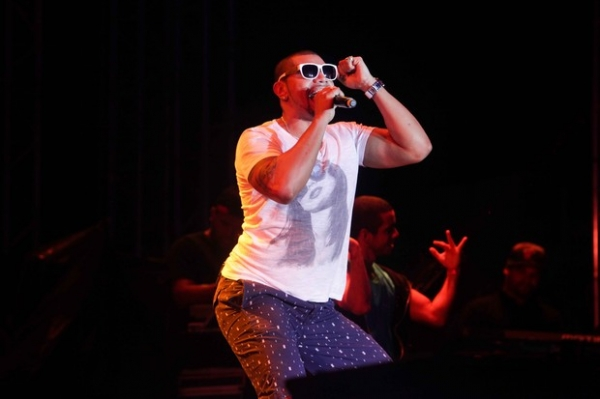 Naldo sensualiza e faz gesto ousado durante show no Guarujá