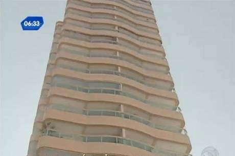 Após briga com marido, mulher joga cão do 12º andar de prédio