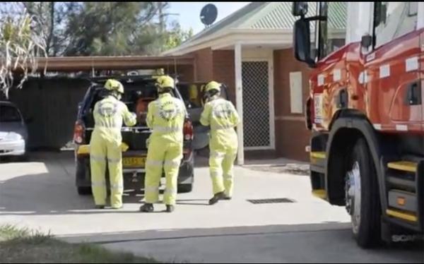 Australiano fica preso em m痃uina de lavar e precisa de azeite para sair