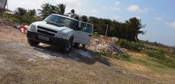 Carro da Agespisa  flagrado jogando lixo em via p炻lica