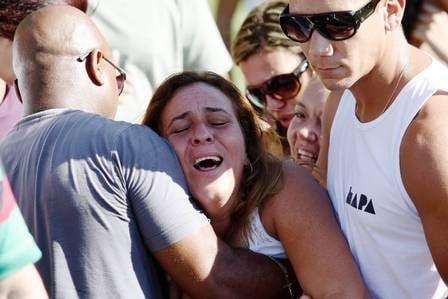 Filha de mulher arremessada de terraço ainda não sabe que a mãe morreu