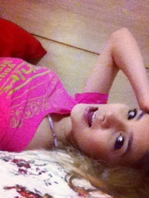 Irmã de Luan Santana faz pose sensual e arranca elogios de