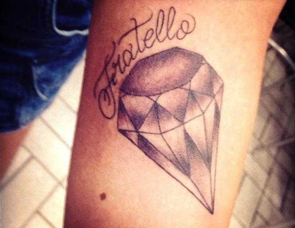 Irmã de Neymar retribui homenagem e faz tattoo parecida com a do jogador