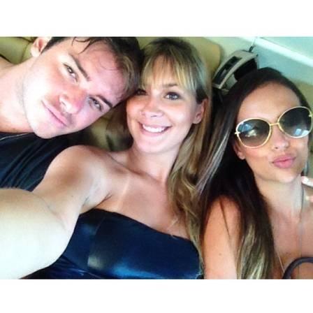 Thor Batista posa agarradinho à sósia da ex, Nicole Bahls em lancha