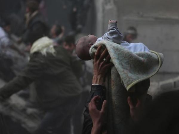 Bebê é resgatado de escombros após ataque à capital da Síria