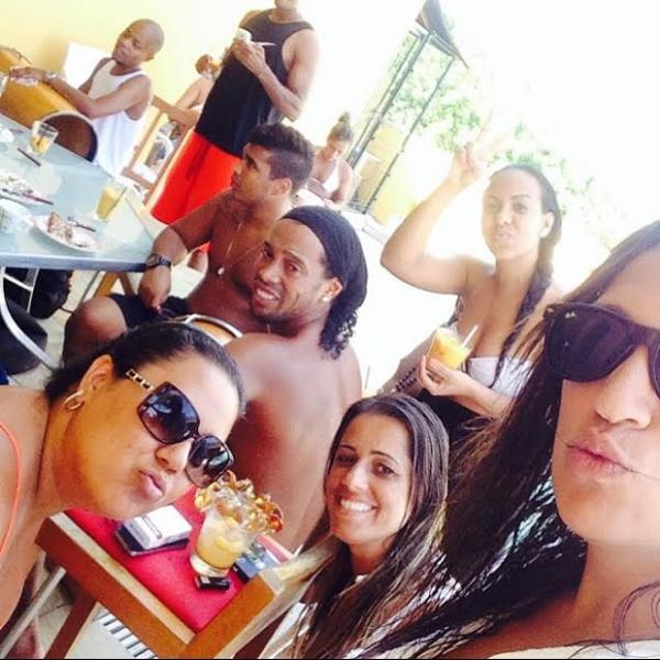O harém de Ronaldinho Gaúcho pela primeira vez registrado em fotos