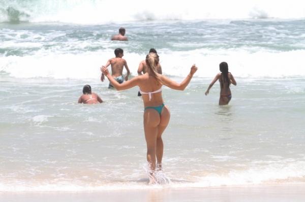 Veridiana Freitas, ex-affair de Gusttavo Lima, vai à praia no Rio