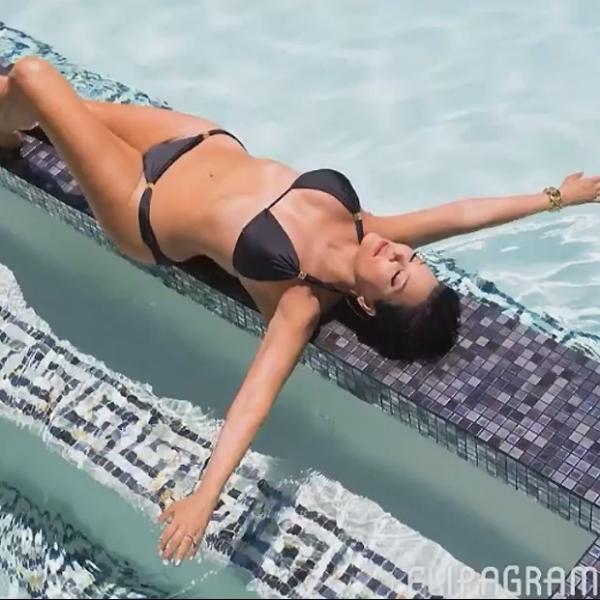 Com 6 filhos e aos 58 anos, m綟 de Kim Kardashian  exibe o corp縊 de biqu匤i