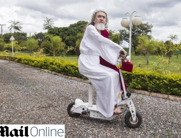 Inri Cristo é notícia em jornal britânico: