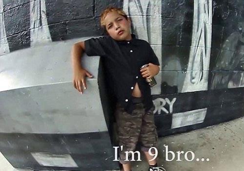 Vídeo mostra menino de 9 anos se gabando por fumar maconha e beber 18 latas de uísque