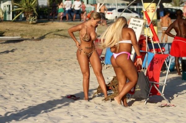 Andressa Urach e Mulher Filé curtem praia juntas