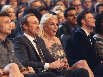 Ao lado do namorado, Britney assiste ao show de Timberlake