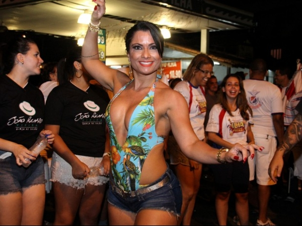 Dani Sperle usa body decotado e shortinho para sambar