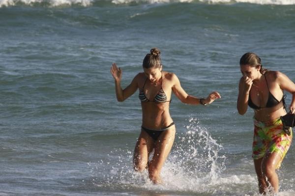 Grazi Massafera mostra boa forma no stand up paddle e faz farra no mar
