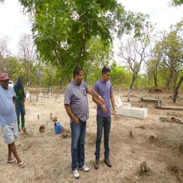 Prefeito acompanha limpeza nos cemitérios