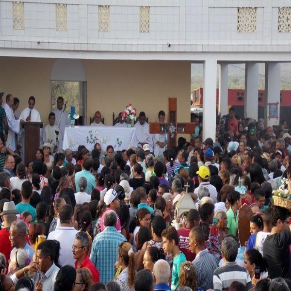 Multidão de fiéis participam do Encontro dos Santos