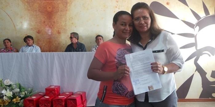 Prefeitura de Pimenteiras entrega registro de imóveis de residências