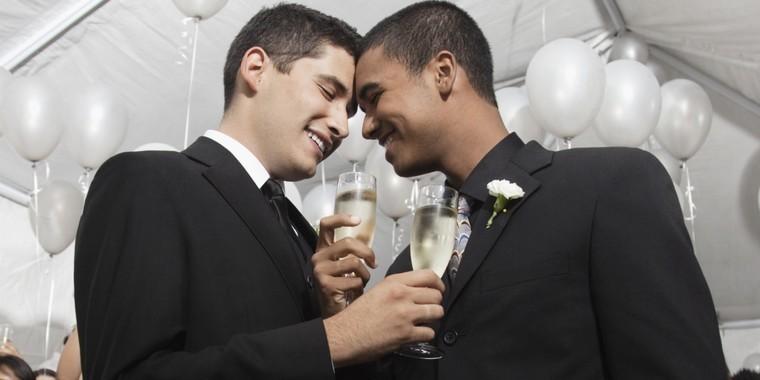 Votação que muda conceito de Estatuto da Família e discriminação de casais gays é adiada