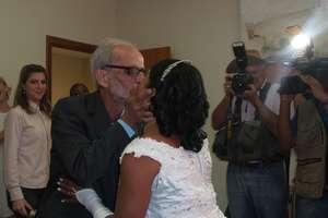 Gays, lésbicas e travesti participam de casamento coletivo em SP - Imagem 1