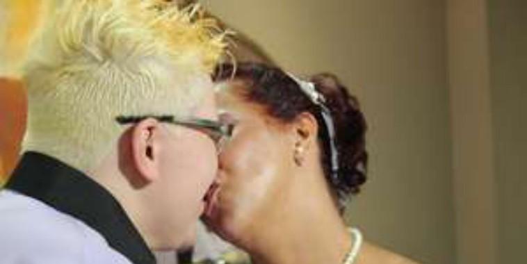 Gays, lésbicas e travesti participam de casamento coletivo em SP