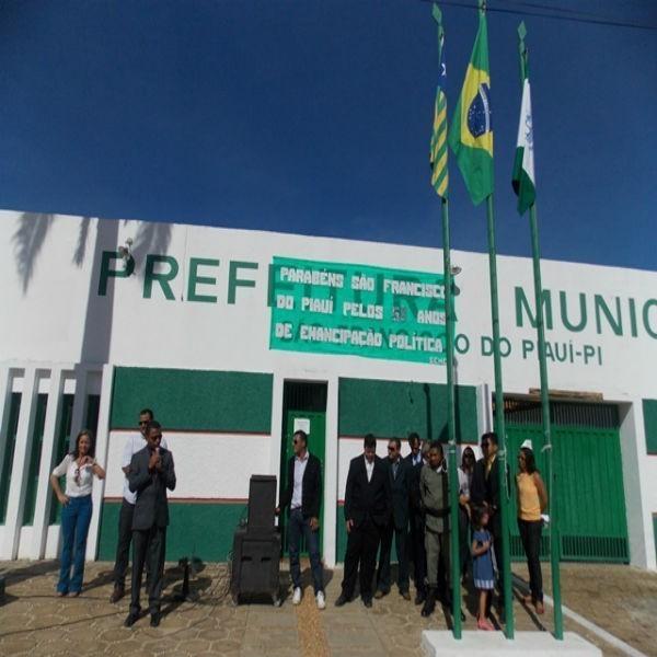 Momento Cívico comemorando os 58 anos de emancipação politica de São Francisco do Piauí