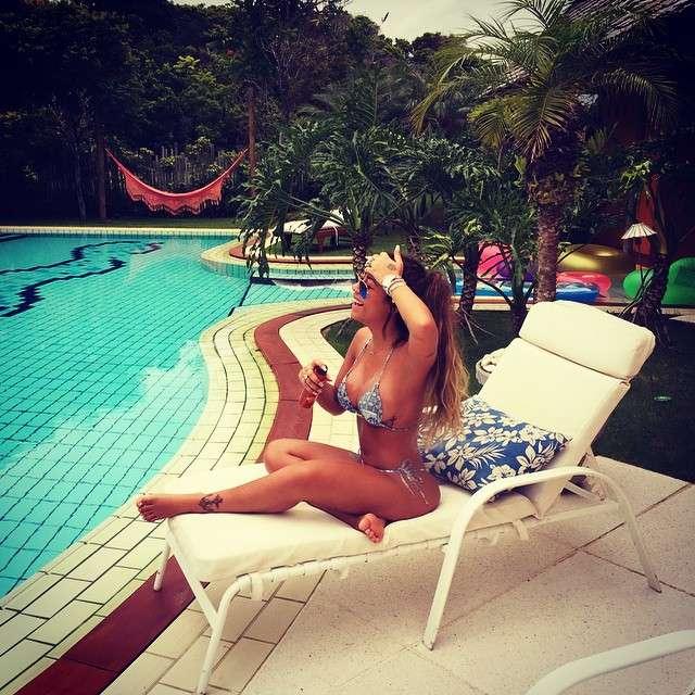 De biquíni, irmã de Neymar posta foto relaxando na piscina