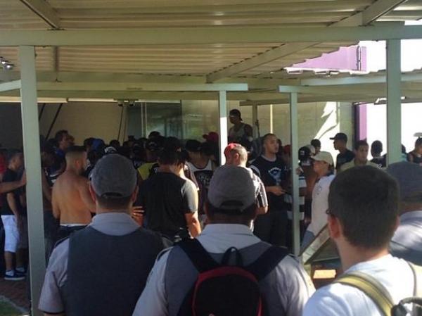 Após corte de cercas, 100 corintianos invadem CT e clube aciona PM