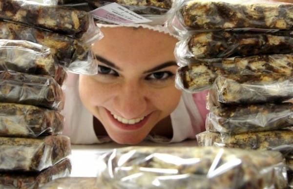 Empresário faz sucesso vendendo doces na janela de seu quarto