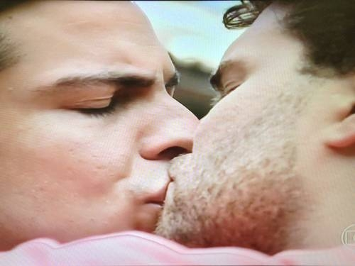 Globo justifica beijo gay de