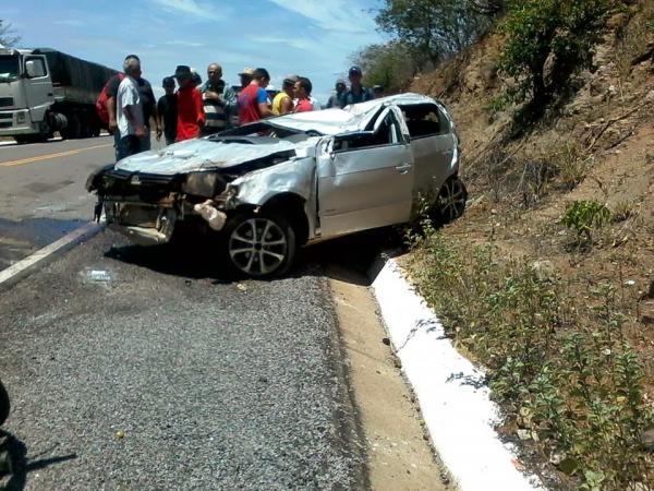 Gol capota e deixa duas pessoas feridas na BR 407 em Jacobina do Piauí