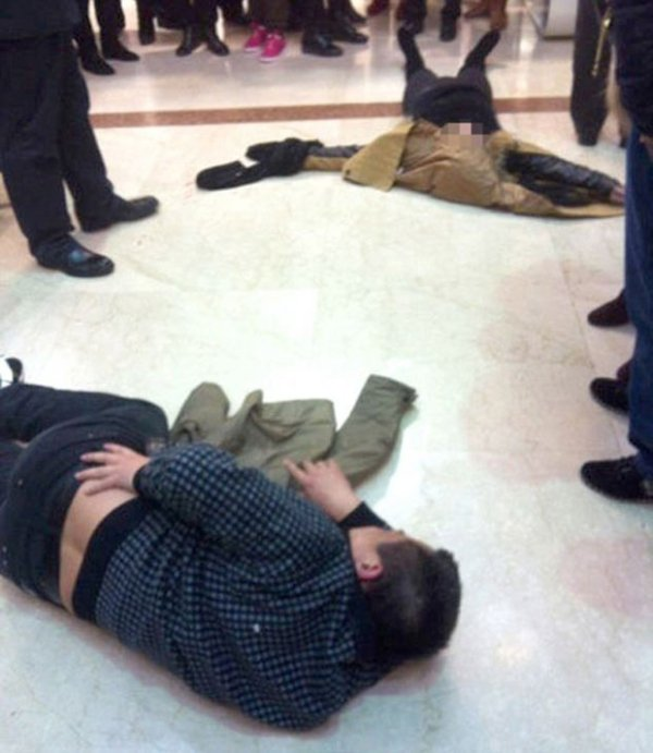 Mulher cai de quinto andar de shopping e acerta homem com criança de 3 anos no colo