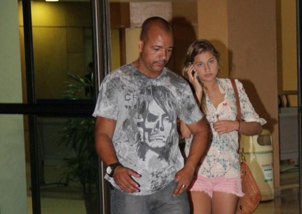 Sasha tira madrugada para visitar avó no hospital na Barra no RJ