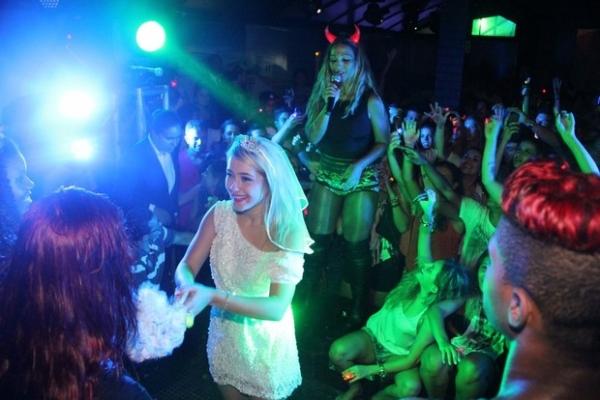 Valesca Popozuda pega buquê de noiva durante show