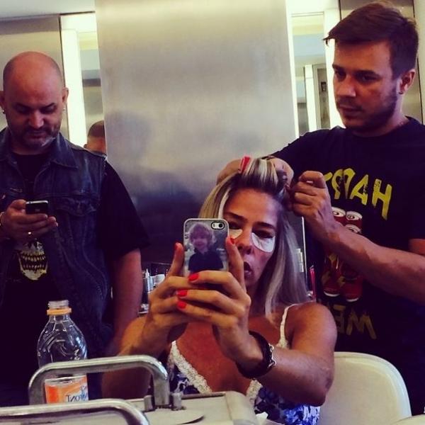 Adriane Galisteu posta foto com adesivo no rosto antes de ensaio