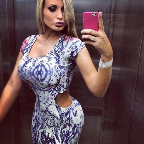 Andressa Urach exibe cintura fininha com vestido decotado
