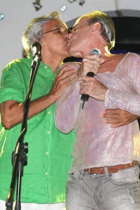 Caetano Veloso e Ney Matogrosso dão beijo estilo Niko e Félix de Amor à vida