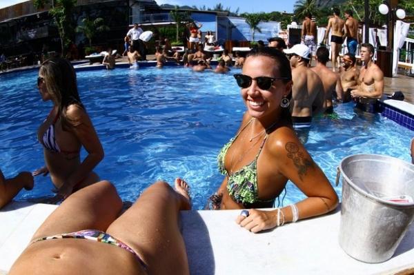 Ex-BBB Anamara exibe boa forma em dia de sol com amigos