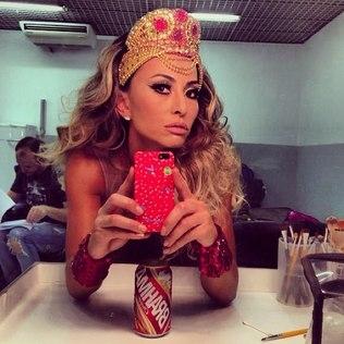 Musa de camarote, Sabrina Sato faz pose com coroa na cabeça em rede social