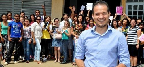 Professores voluntários preparam concurseiros em cursinho solidário