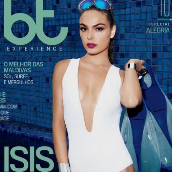 Sexy! Isis Valverde posa de maiô decotado para revista