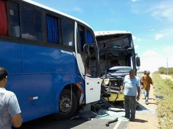 Grave acidente envolvendo dois ônibus na BR-020 - Imagem 7