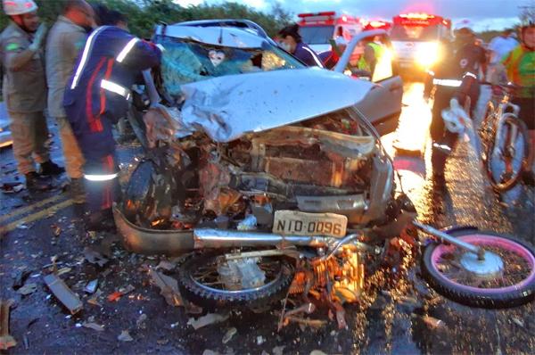 Tragédia:Colisão entre 5 veículos na BR-343 mata três motoqueiros. Foto!