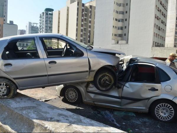 Acidente deixa dois feridos e causa lentidão no Minhocão em São Paulo