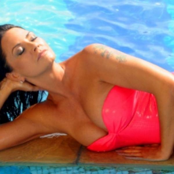Aos 51 anos, Luiza Brunet posta foto sexy de maiô rosa na beira da piscina