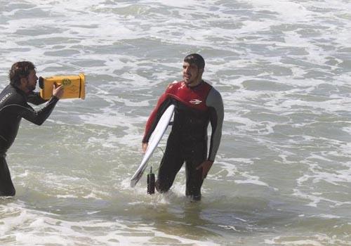 Ator Caio Castro curte um dia de surfe em praia do Rio de Janeiro