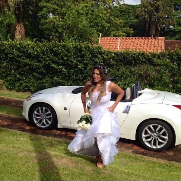 De cinta-liga, ex-BBB Fabiana grava clipe do marido
