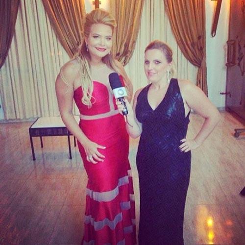 Geisy Arruda escolhe modelito vermelho para aniversário de Cauby Peixoto