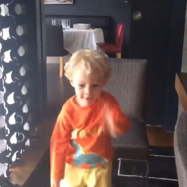 Neymar ensina filho a fazer malabarismo com laranjas