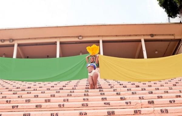 Andressa Urach posa em clima de carnaval e promete causar na avenida